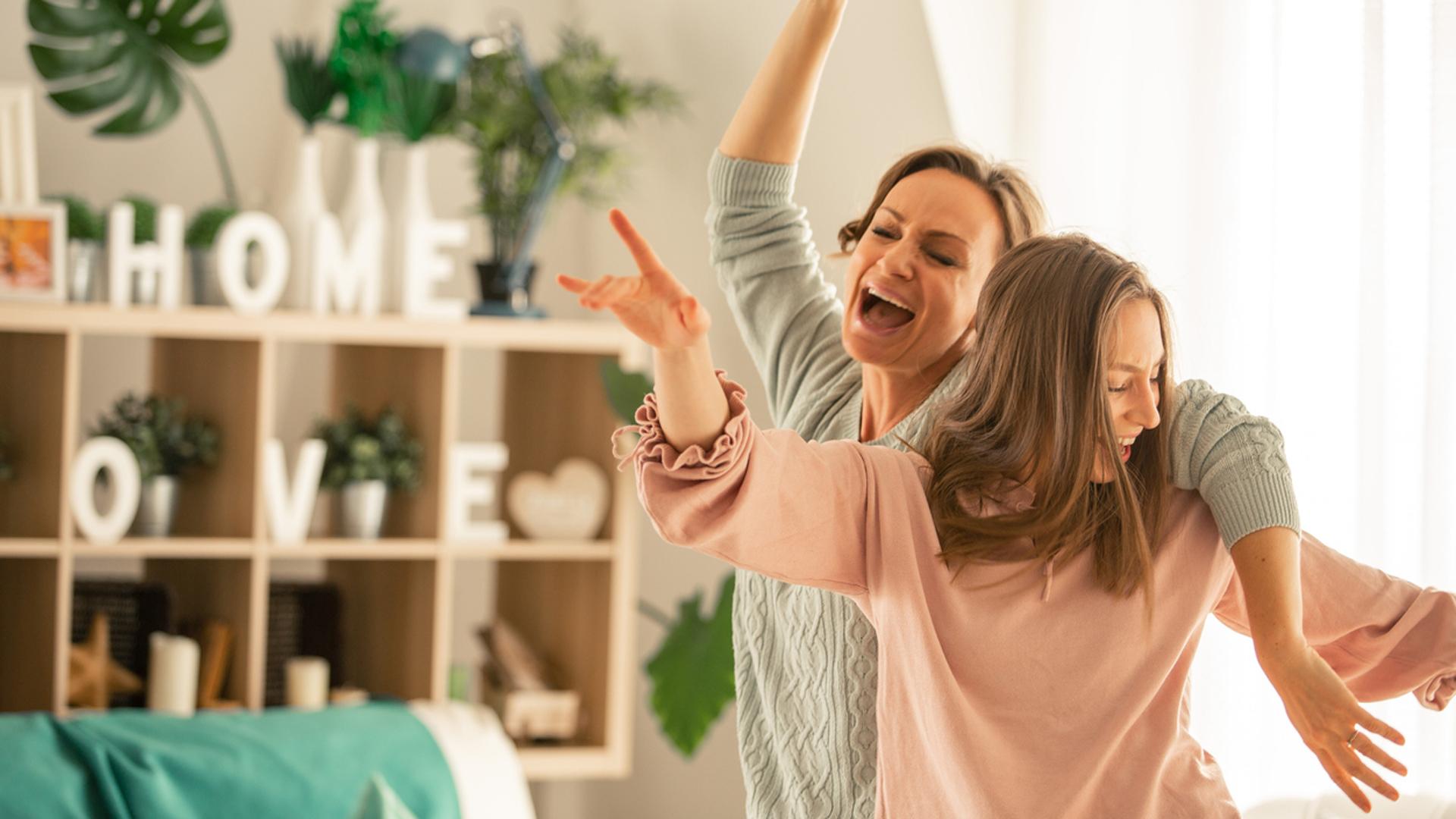 Mutter und Tochter tanzen zu Playlists zum Muttertag