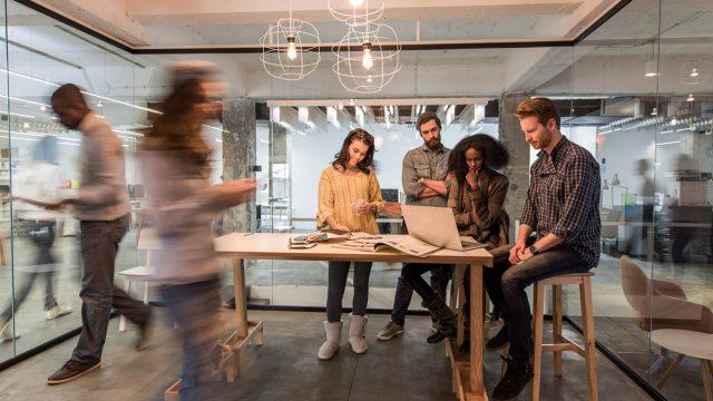 Team eines Start-ups bereitet im Meetingraum den Rheinland Pitch vor