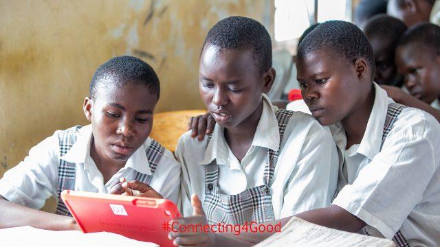Schülerinnen der Vodafone Instant Network Schools mit Tablet im Unterricht