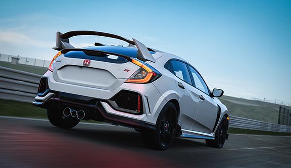"""Ein Game-Screenshot aus """"Forza Motorsport 7"""", auf dem ein weißes Auto über die Straße rast."""