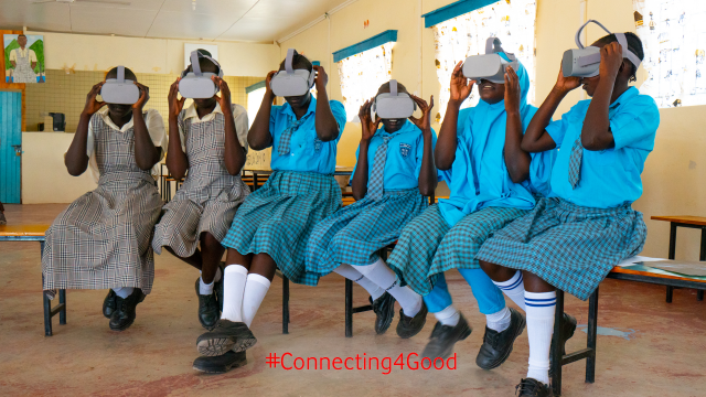 Schülerinnen der Vodafone Instant Network Schools mit VR-Brillen bei VR-Schulausflug