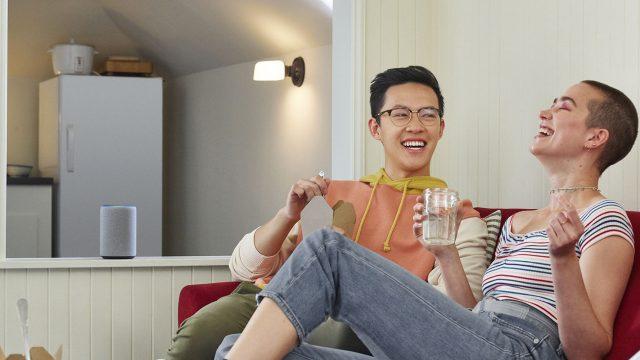 junges Paar mit Amazon Echo