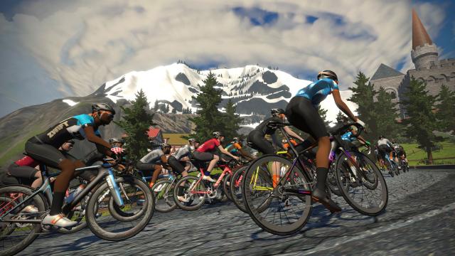 Radfahrer in der App Zwift vor Bergszene
