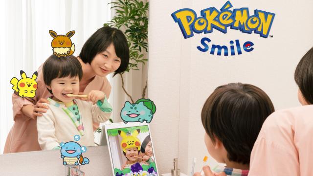 Kind nutzt Pokémon Smile zum Zähneputzen