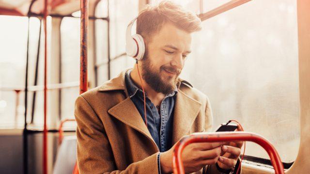 Mann will Spotify Canvas ausschalten