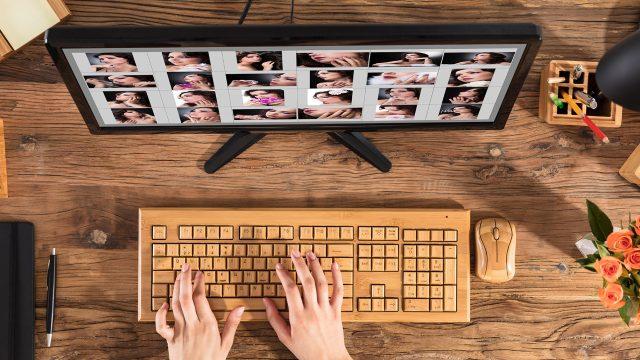 Frau bearbeitet am PC Fotos
