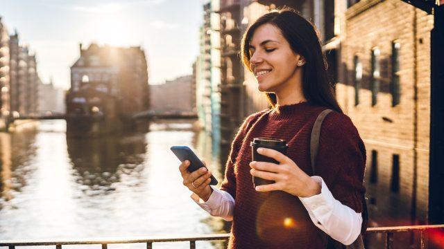 Frau nutzt die iOS-14-Beta am Handy.