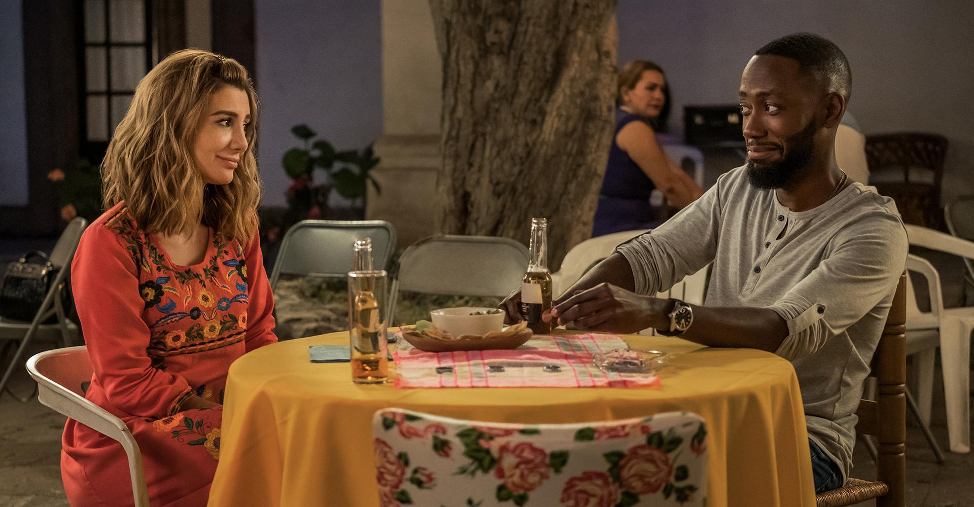Nasim Pedrad und Lamorne Morris in Desperados von Netflix