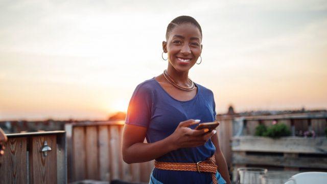 Frau hält Samsung Galaxy Note 20 in der Hand.