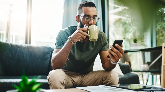 Mann nutzt WhatsApp am Smartphone.
