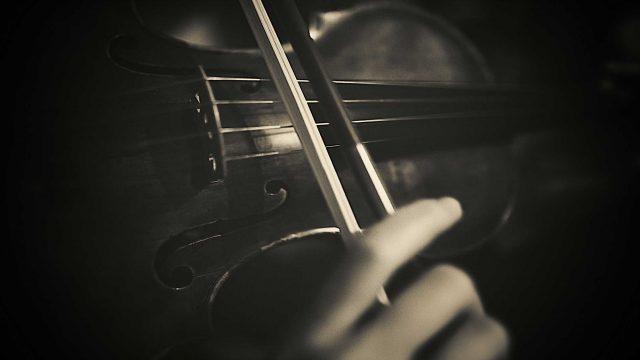 Frau spielt auf Violine