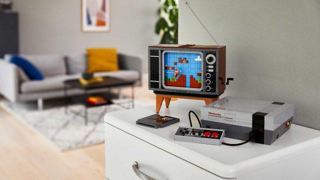 Das Nintendo Entertainment System als Lego-Nachbildung auf einer Kommode