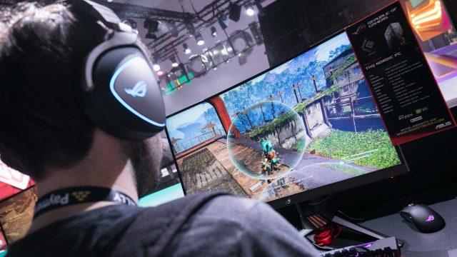 Jugendlicher zockt ein Videospiel auf der Gamescom 2019