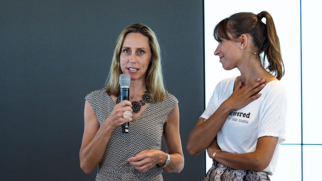 Vodafone Personal-Chefin Bettina Karsch spricht bei einem Event des Female Clubs nushu, neben ihr ein Teammitglied von nushu
