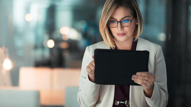 Frau mit iPad im Büro