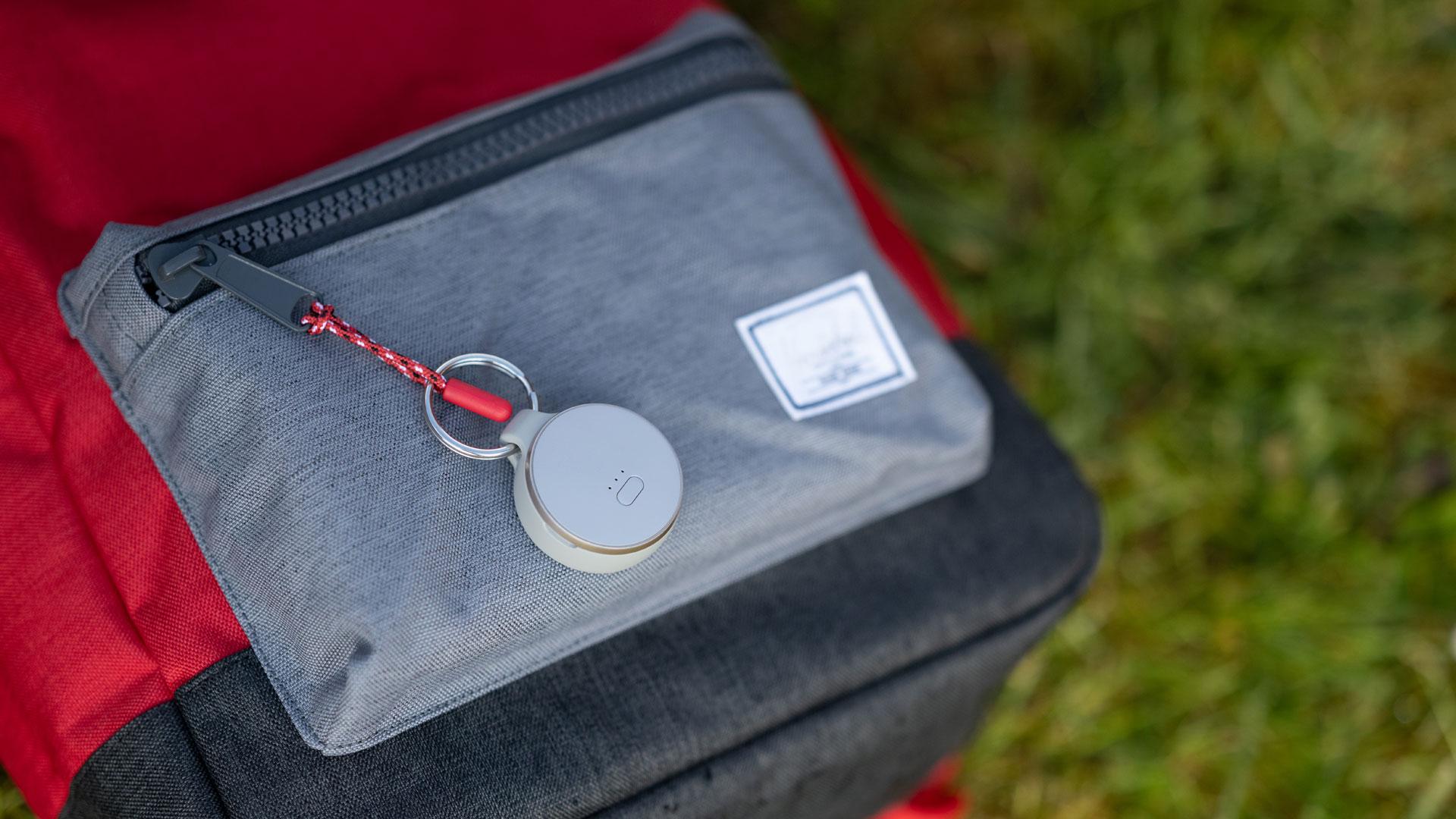 An einem Rucksack ist der Curve GPS Tracker von Vodafone befestigt.