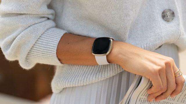 Fitbit Sense in der Farbe Mondweiß/Edelstahl Softgold