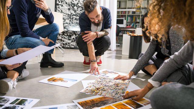 Team brainstormt über die Bilderauswahl