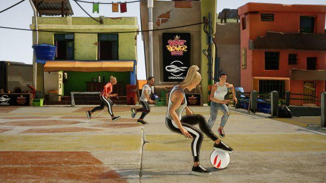 """Game-Screenshot aus dem Spiel """"Street Power Football"""": Eine weibliche SPielfigur spielt gegen Gegner auf einem Straßenfeld."""