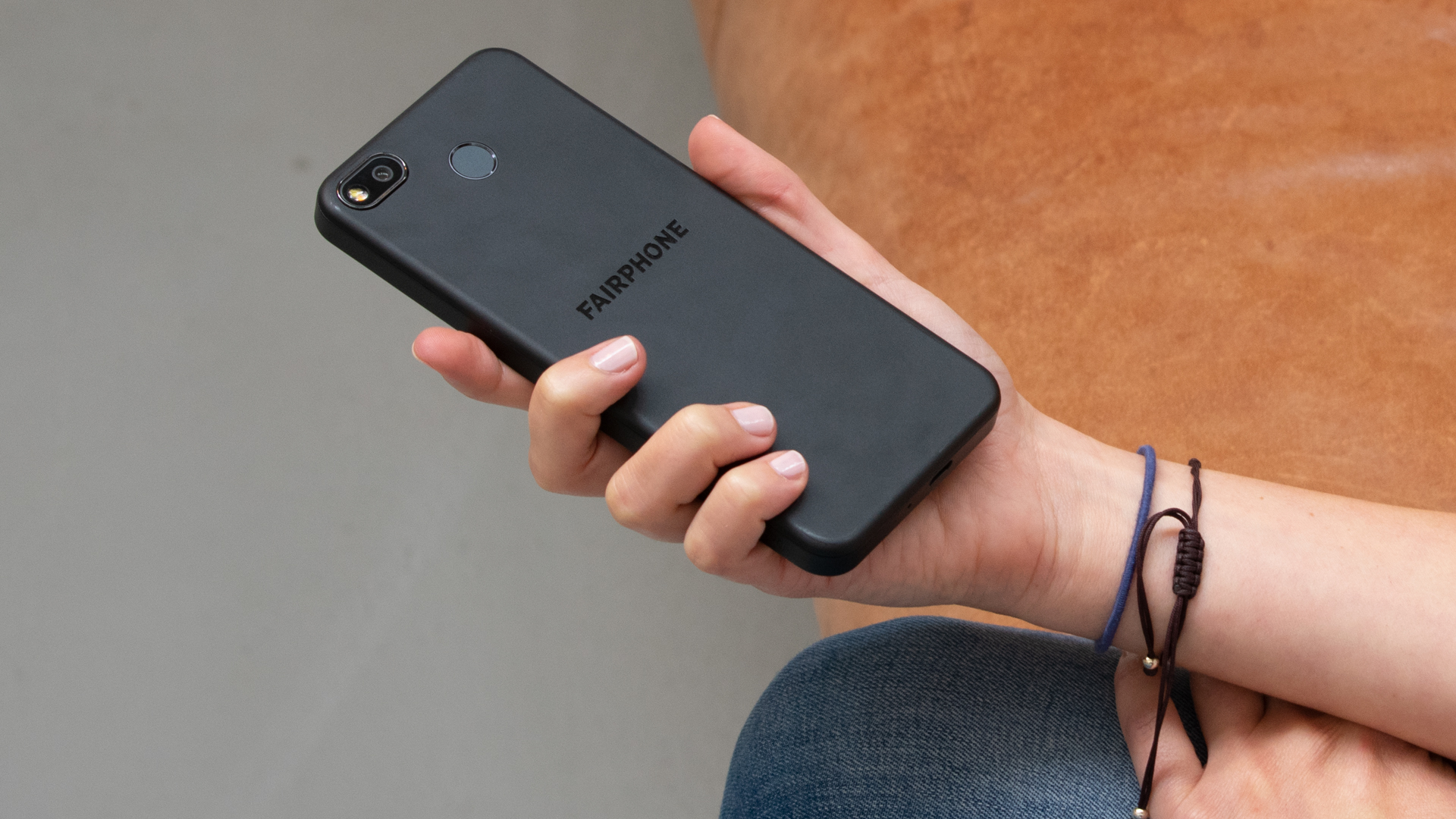 Das Fairphone 3+ in der Hand gehalten, zu sehen ist die Rückseite mit Kamera.