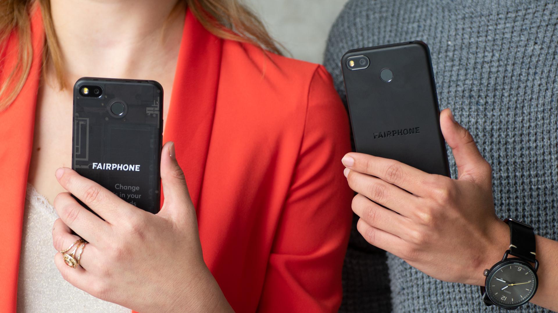 Zwei Personen halten zwei Fairphone 3+ in Händen.