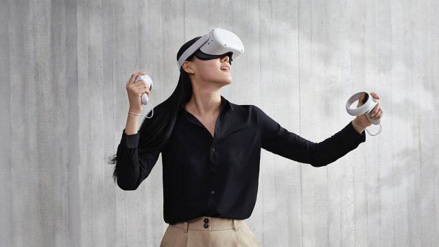 Frau trägt eine Oculus 2 Quest