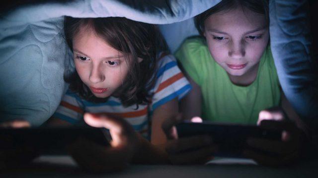 Kinder spielen auf Handhelden Konsole
