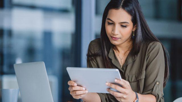 Frau nutzt Google Drive auf ihrem Tablet