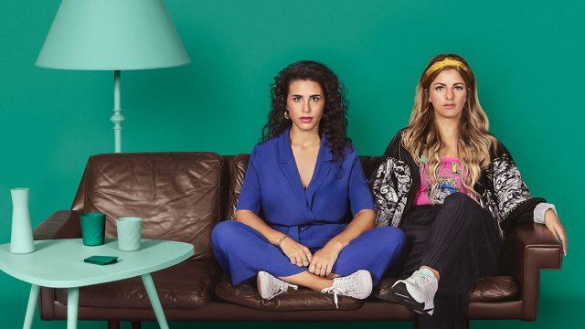 """Laura Larsson und Ariana Baborie die Moderatorinnen des Podcasts """"Herrengedeck"""""""