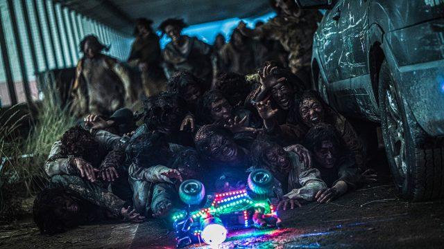 """Zombies aus dem Film """"Peninsula"""" reagieren auf ein ferngesteuerte blinkende Spielzeugauto"""