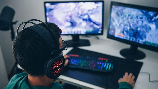 Ein junger Mann zockt am PC