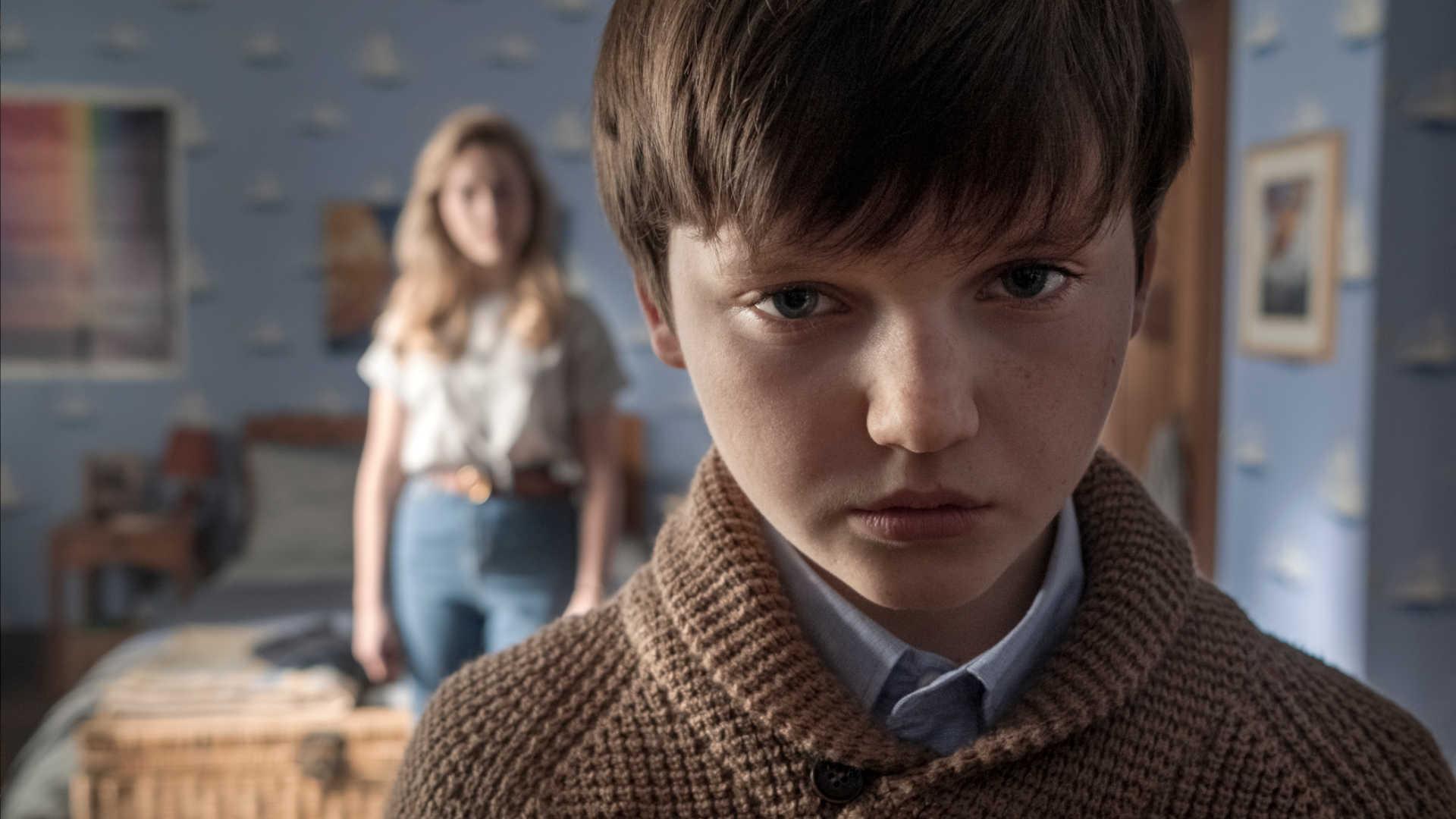 Benjamin Evan Ainsworth als Miles in Spuk in Bly Manor bei Netflix