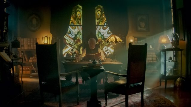 Clancy Brown als Bestatter Mongomery 'Monty' Dark sitzt am Schreibtisch in seinem Büro.