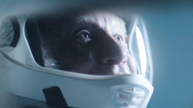 Angus (Richard Dreyfuss) in seinem Astronautenanzug. Eine Szene aus dem Film Astronaut