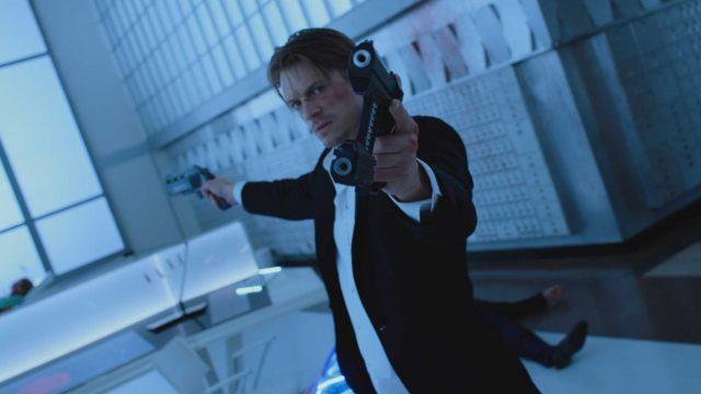 Hauptdarsteller zielt mit Waffen in Altered Carbon