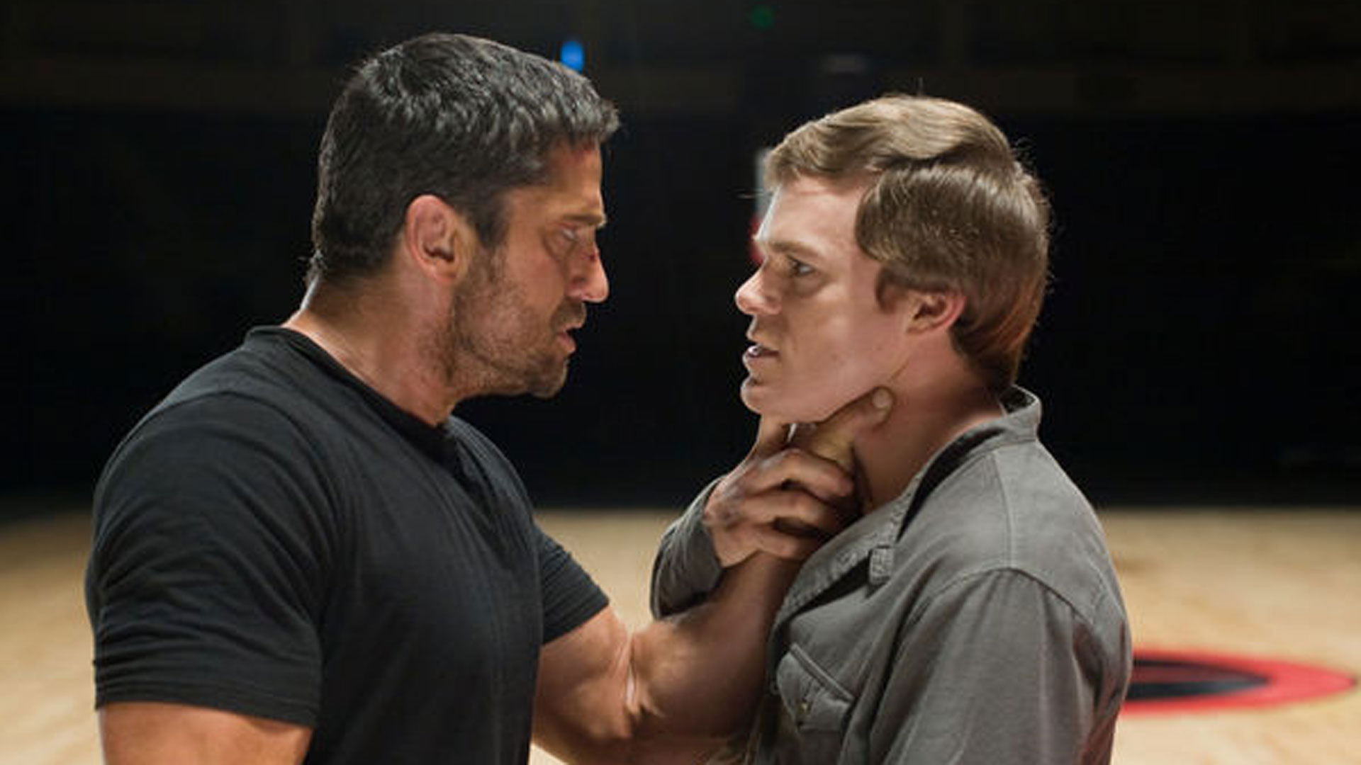 """Kable (Gerard Butler) greift den Milliardär Ken Castle (Michael C. Hall) am Hals. Eine Szene aus dem Film """"Gamer"""""""
