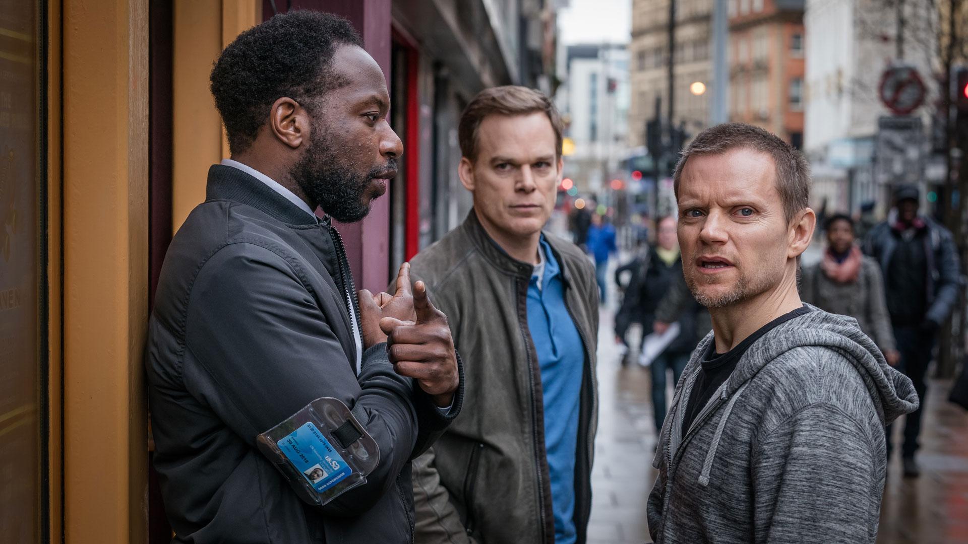 """Dr. Tom Delaney (Michael C. Hall)steht vor der Tür eines Clubs in dem er seine Tochter sucht. Eine Szene aus der Serie """"Safe""""."""