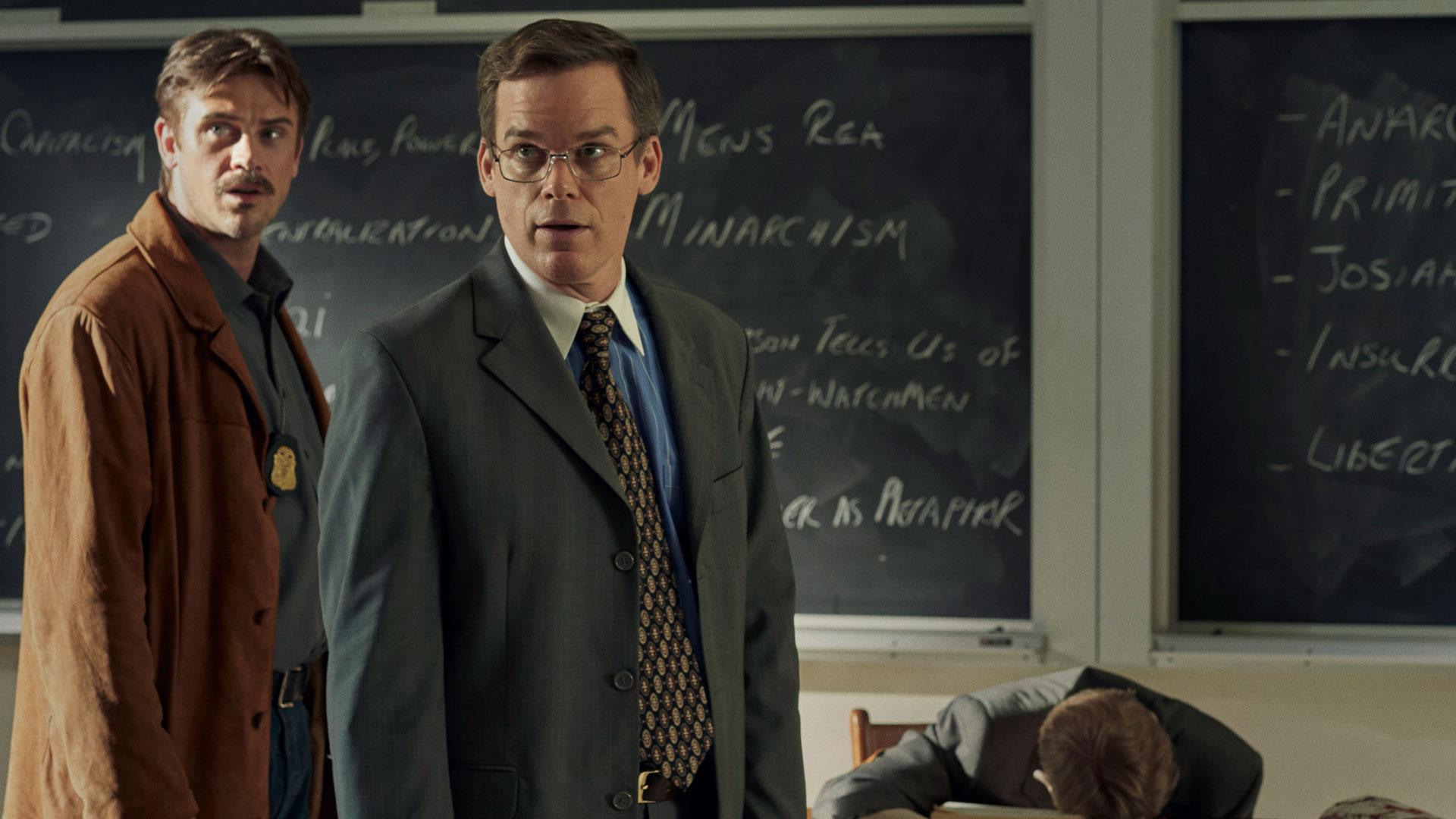 """Detective Holt (Michael C. Hall) steht an einem Tatort. Ein Szenenbild aus dem Film """"In the Shadow of the Moon""""."""