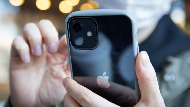 Frau richtet ihr neues iPhone 12 ein