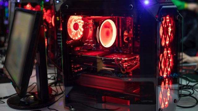 Gaming-PC-Innenleben mit roter LED-Beleuchtung