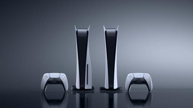 Zwei PlayStation-5-Konsolen mit Controller