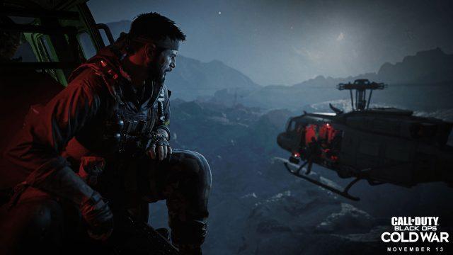 Ein Soldat schaut aus dem Helicopter. Eine Szene aus dem Game Call of Duty: Black Ops Cold War