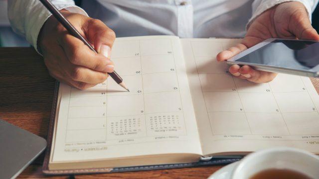 Herkömmlicher Kalender und ein Smartphone