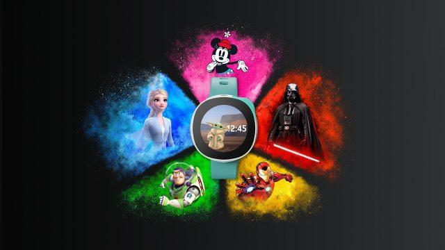 Fünf Disney-Figuren sind um die Neo Smart Kids Watch zu sehen. Auf dem Uhren-Display sieht man Das Kind.