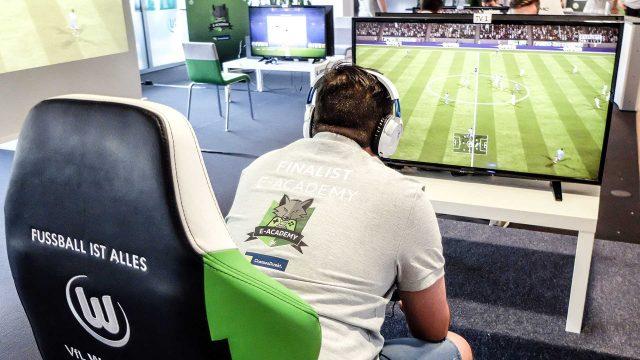 junger Mann spielt FIFA in der Wolves E-Academy