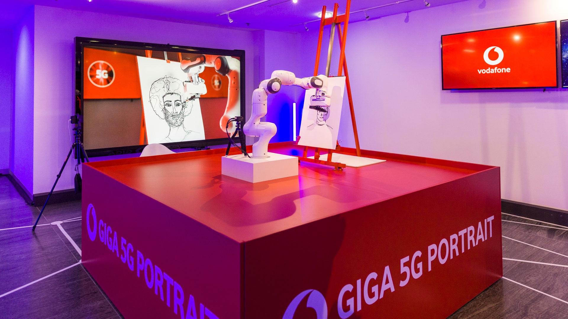 Ein Roboter zeichnet ein Portrait biem Axel Springer Award 2020, gesteuert durch das 5G-Netz von Vodafone.