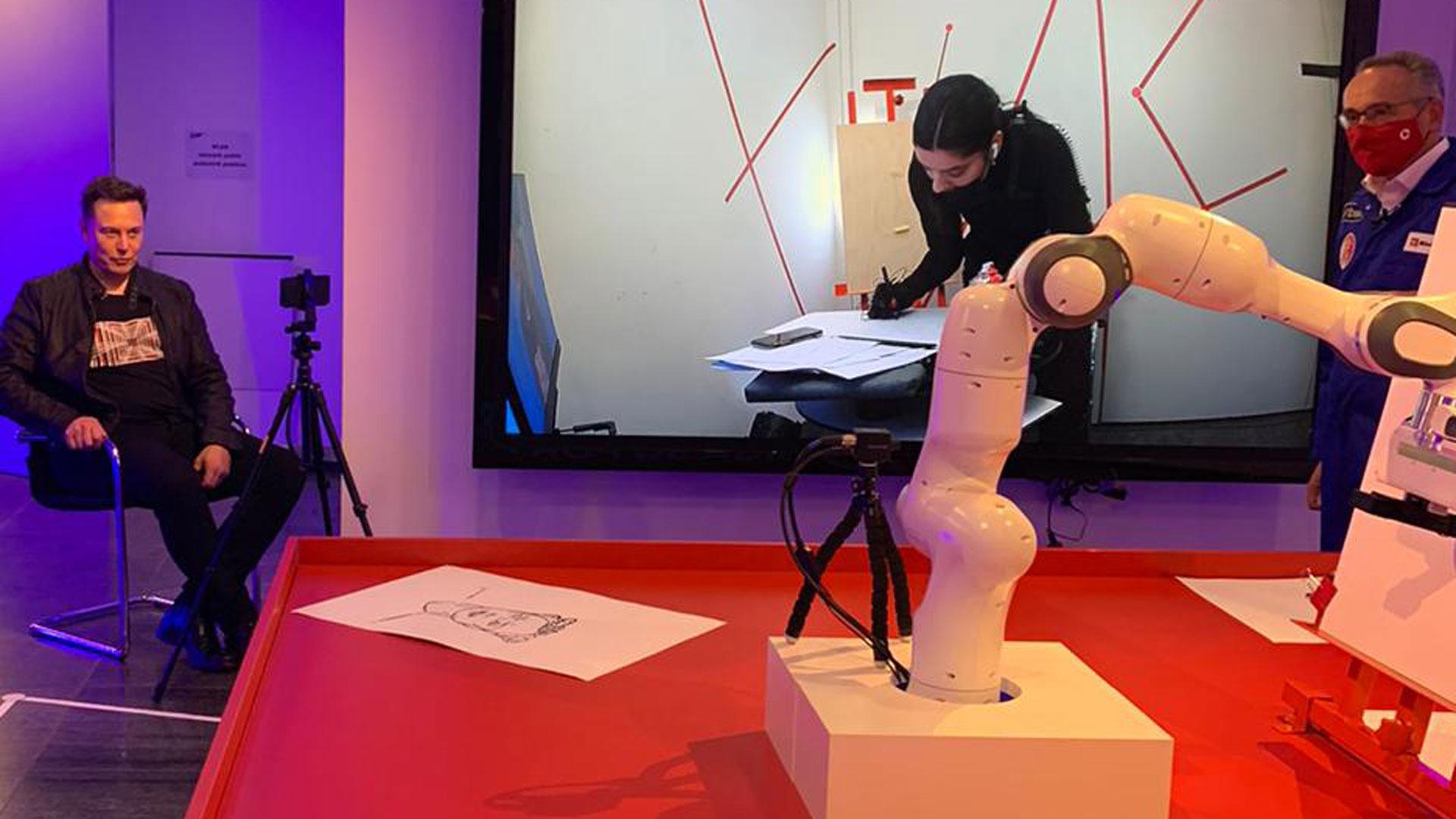 Die Künstlerin Shev Lunatic zeichnet Elon Musk beim Axel Springer Award 2020.