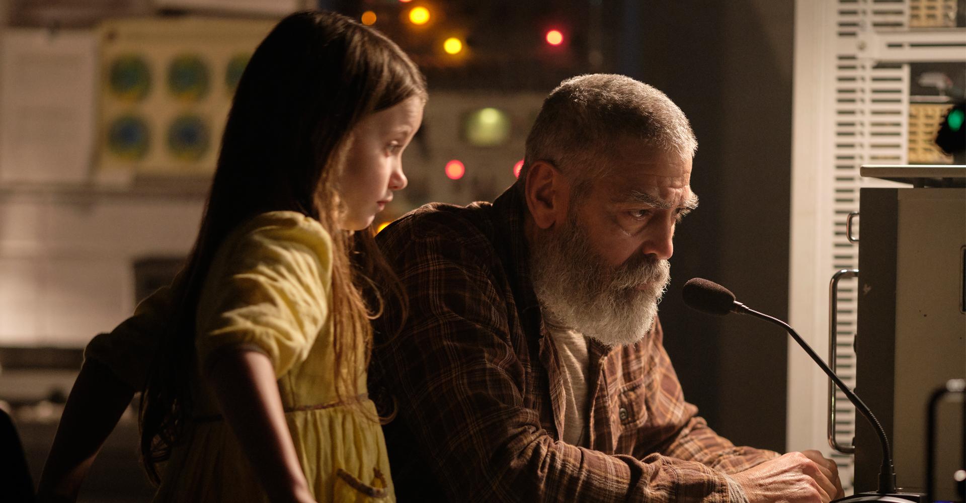 George Clooney und Caoilinn Springall in The Midnight Sky