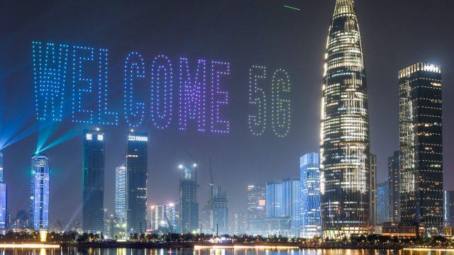 Skyline von Shenzhen bei Nacht mit Lichtershow