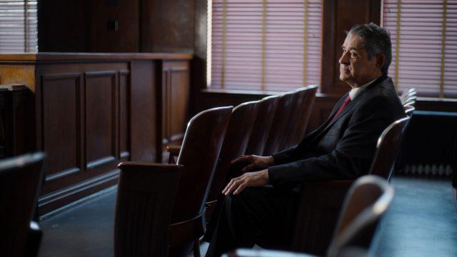 Arturo Hernandez, der Strafverteidiger von Richard Ramírez, sitzt in einem Gerichtssaal.